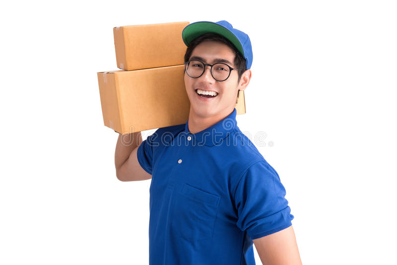 Жизнерадостный работник доставляющий покупки на дом Счастливый молодой курьер держа картонную коробку стоковое изображение rf