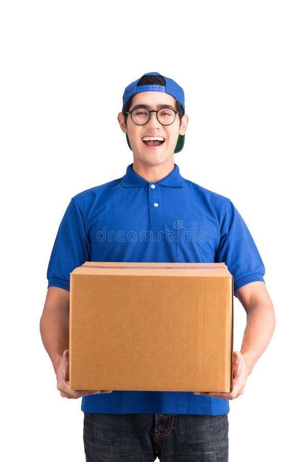 Жизнерадостный работник доставляющий покупки на дом стоковое изображение rf