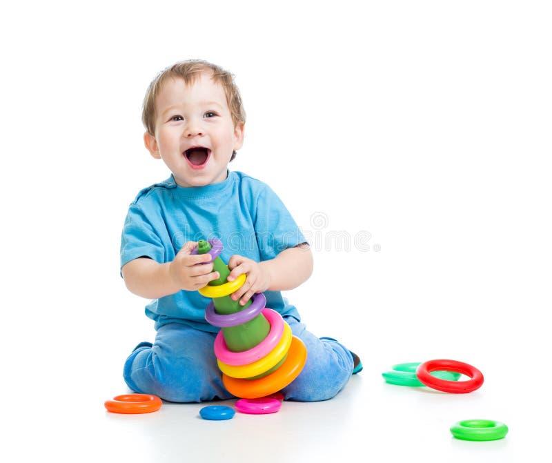 Жизнерадостный ребенок играя с воспитательной игрушкой стоковые изображения rf