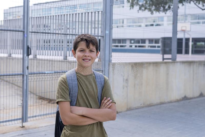 Жизнерадостный ребенок нося его рюкзак стоковое фото rf