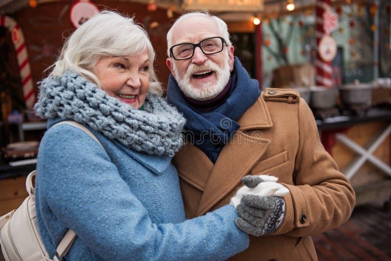Жизнерадостный старик и женщина развлекая на улице стоковое изображение
