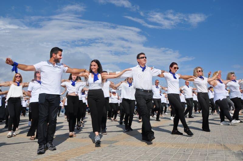 Жизнерадостный танец hasapiko танцев толпы в Paphos стоковое фото rf