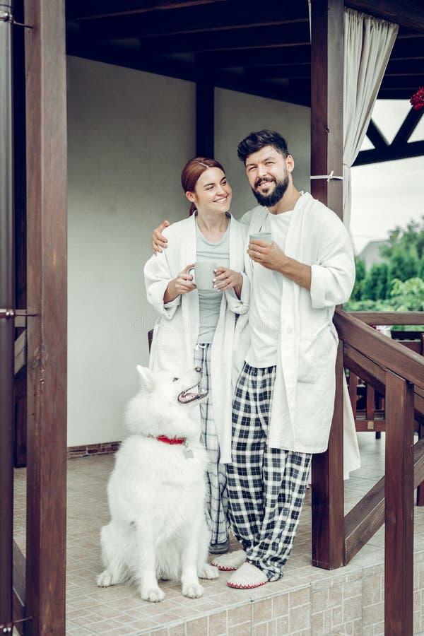 Жизнерадостный усмехаясь испуская лучи счастливый взрослый положение женатых пар outdoors стоковое изображение