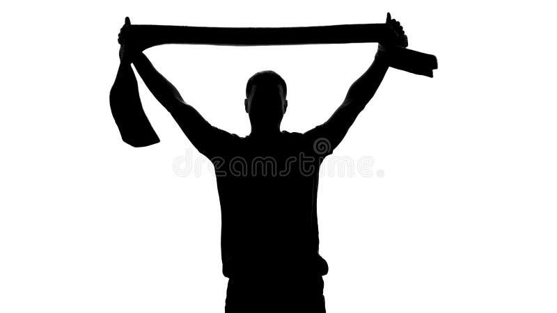 Жизнерадостный шарф удерживания вентилятора команды вверх, празднующ победу в игре, ободрение стоковые фото