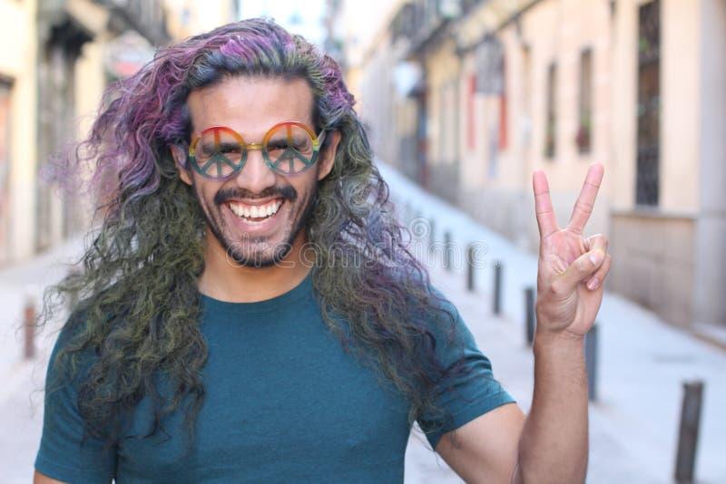 Жизнерадостный hippie с взглядом потехи стоковое изображение