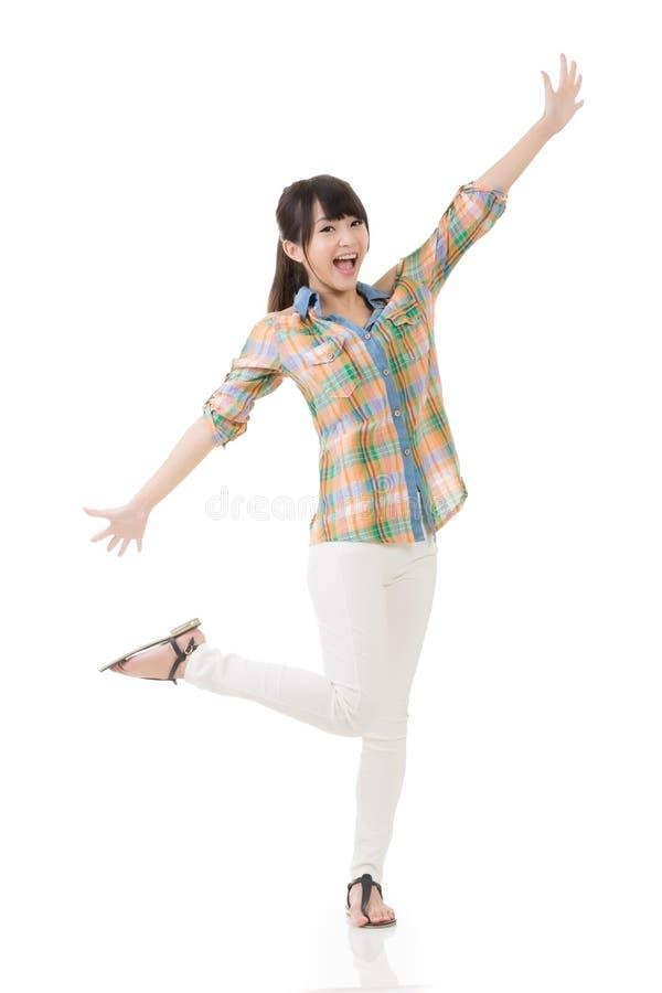 Download Жизнерадостная азиатская женщина Стоковое Изображение - изображение насчитывающей сторона, танцы: 37925253