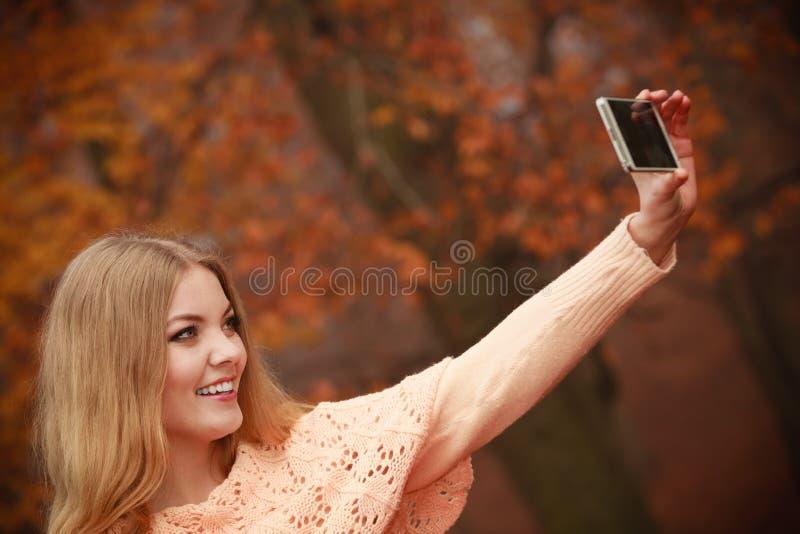 Жизнерадостная белокурая девушка принимая selfie стоковая фотография rf