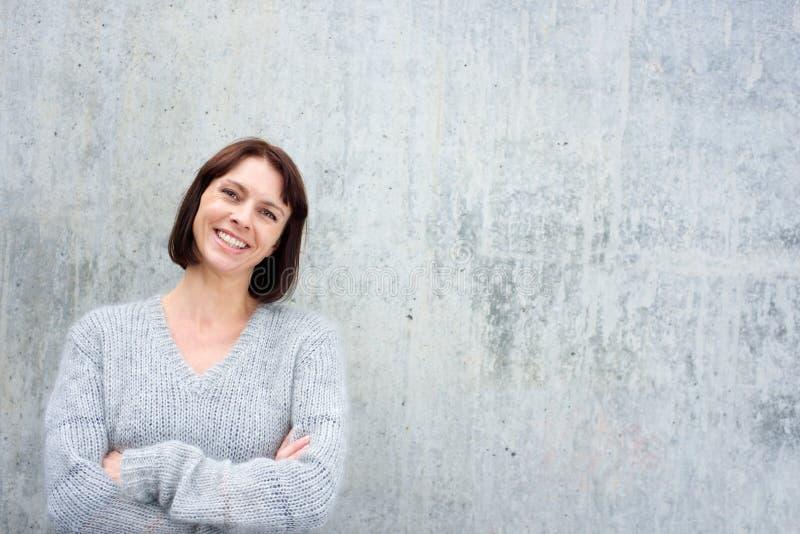Жизнерадостная более старая женщина в свитере шерстей стоковые фотографии rf