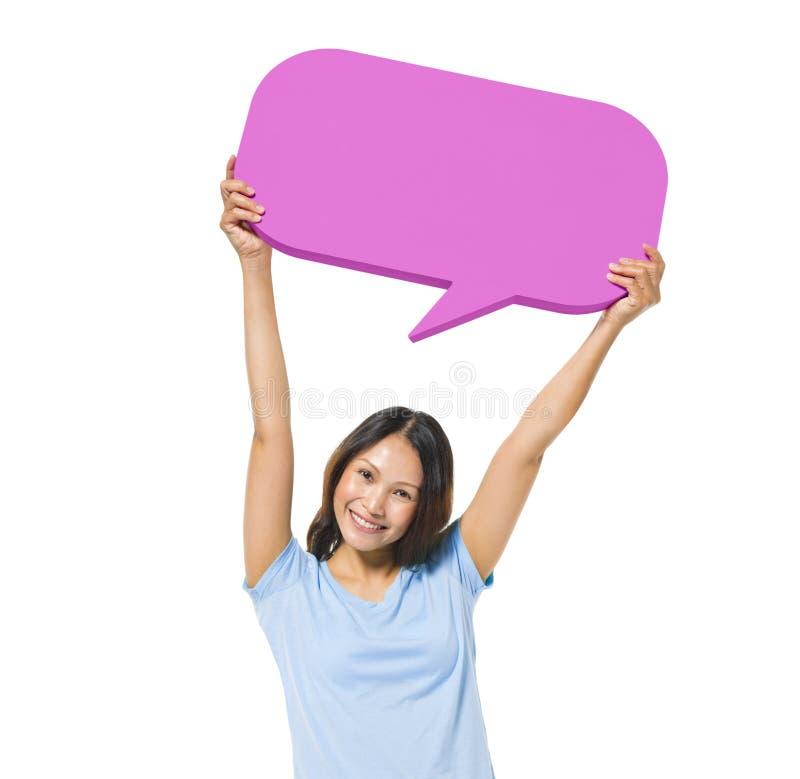 Жизнерадостная вскользь женщина держа пузырь речи стоковое изображение rf