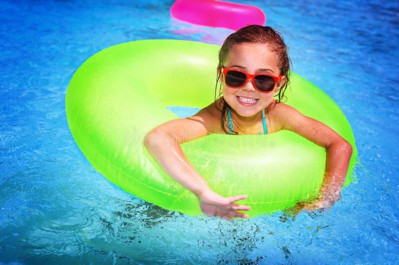 Жизнерадостная девушка в бассейне стоковые фото