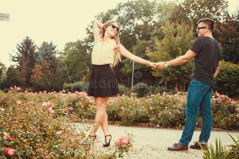 Жизнерадостная девушка держа руки в парке стоковое изображение rf