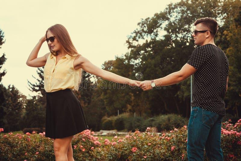 Жизнерадостная девушка держа руки в парке стоковая фотография
