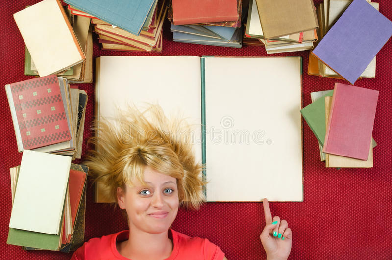 Жизнерадостная девушка показывая пустую страницу книги стоковые изображения