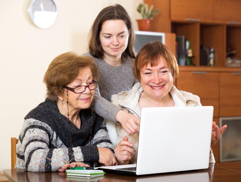 Download Жизнерадостная девушка помогая старшим женщинам Стоковое Изображение - изображение насчитывающей афоризмов, проверять: 81800399