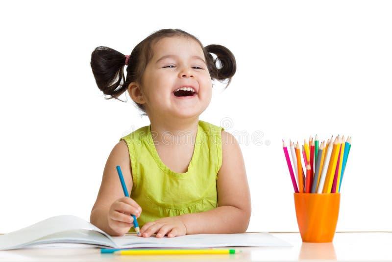 Жизнерадостная девушка ребенк с карандашами стоковые фотографии rf