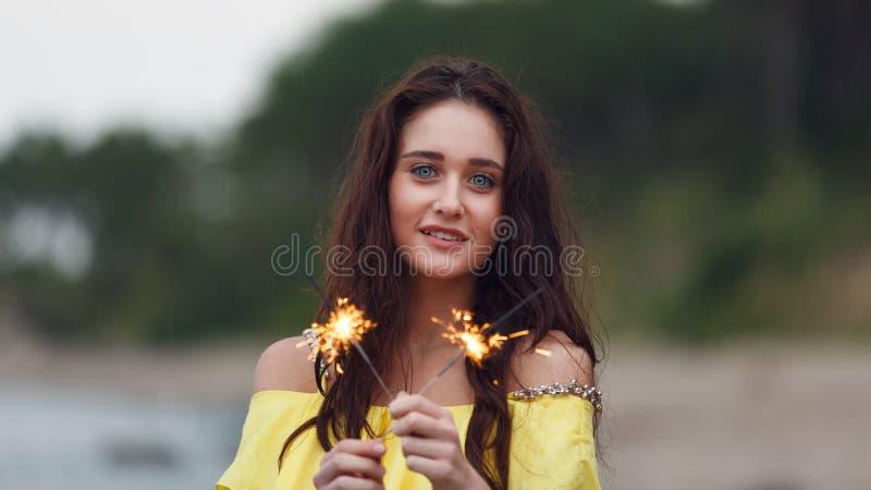 Жизнерадостная девушка с бенгальскими огнями стоковая фотография rf