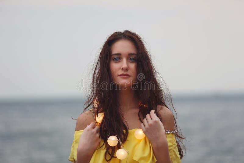 Жизнерадостная девушка с гирляндами стоковая фотография