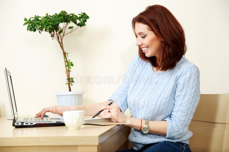 Download Жизнерадостная деятельность женщины Стоковое Фото - изображение насчитывающей компьтер, люди: 37926526