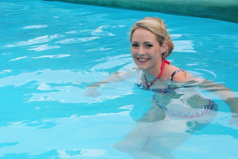 Жизнерадостная женщина в плавательном бассеине стоковое изображение rf