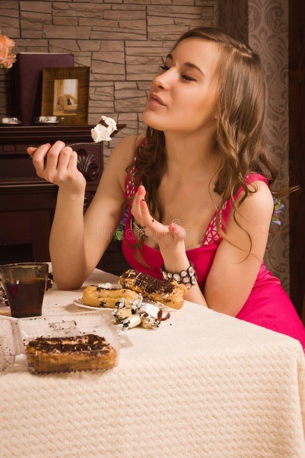 Жизнерадостная женщина есть пирог стоковые изображения rf
