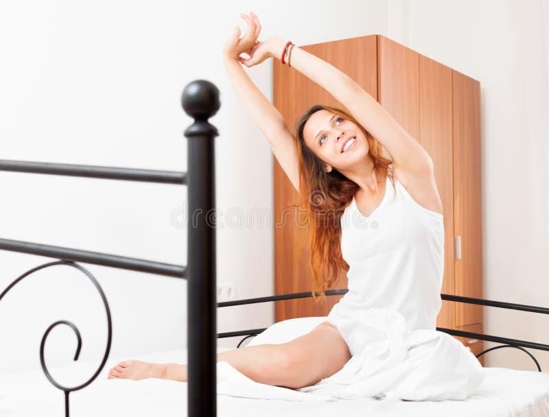 Download Жизнерадостная женщина просыпаясь дома Стоковое Фото - изображение насчитывающей сидите, довольно: 33736848