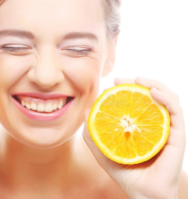 Download Жизнерадостная женщина с апельсинами в ее руках Стоковое Фото - изображение насчитывающей женщина, перст: 37926798