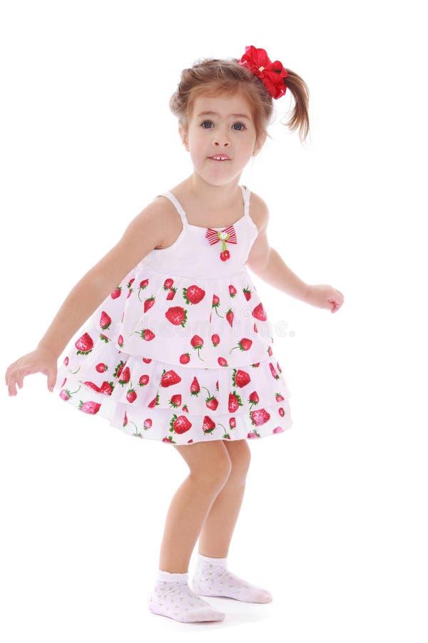 Жизнерадостная кавказская девушка в светлом платье лета стоковое изображение rf