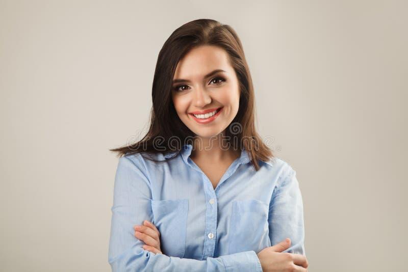 Жизнерадостная красивая молодая бизнес-леди в голубой рубашке стоковая фотография rf