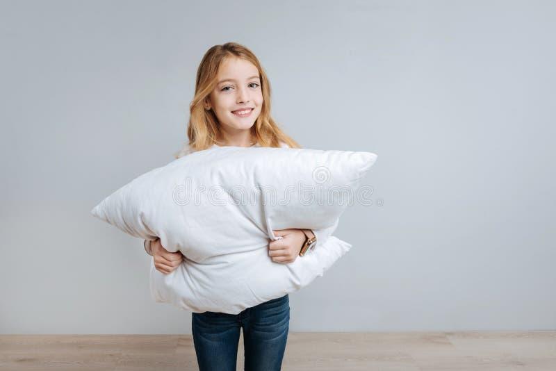 Жизнерадостная маленькая девочка держа подушку стоковые изображения rf