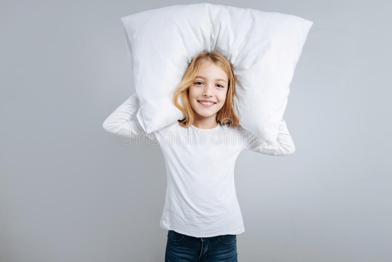 Жизнерадостная маленькая девочка идя спать стоковая фотография