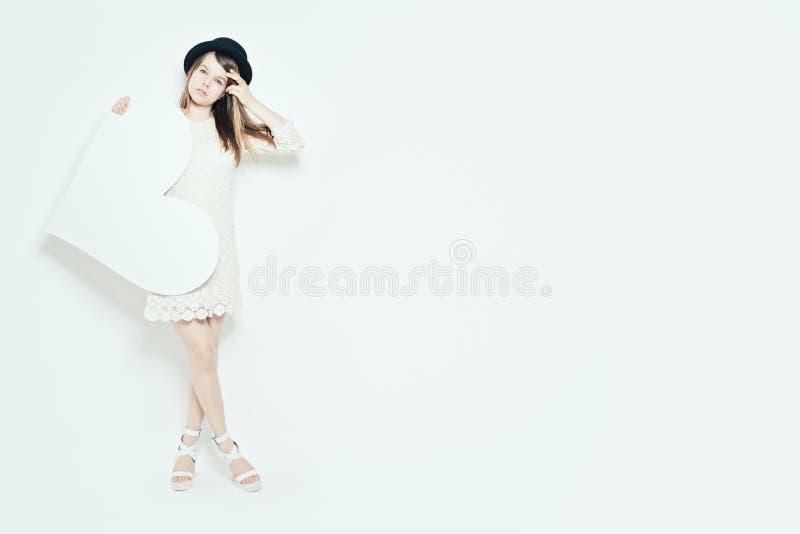 Жизнерадостная модная белокурая женщина держа большое белое сердце Любовь стоковая фотография