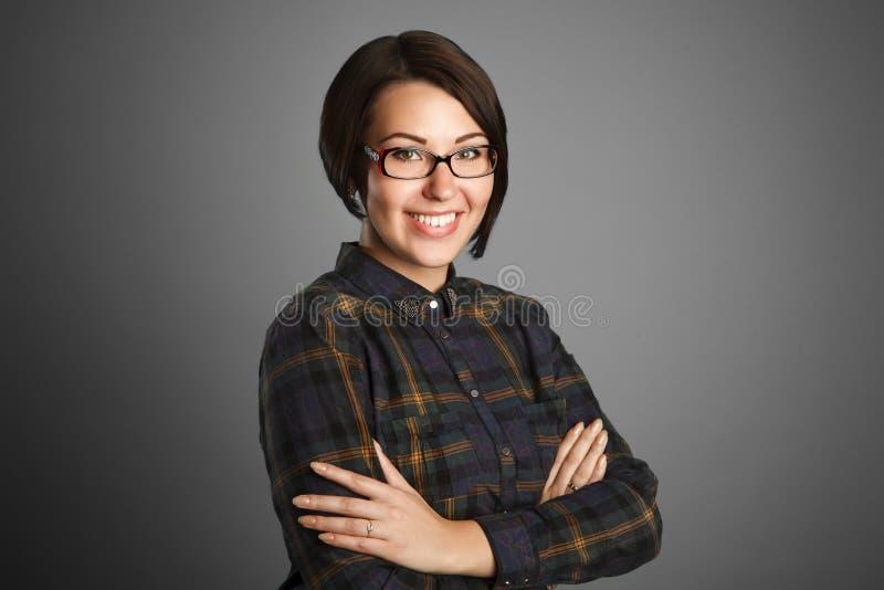 Жизнерадостная молодая женщина на серой предпосылке стоковые изображения rf