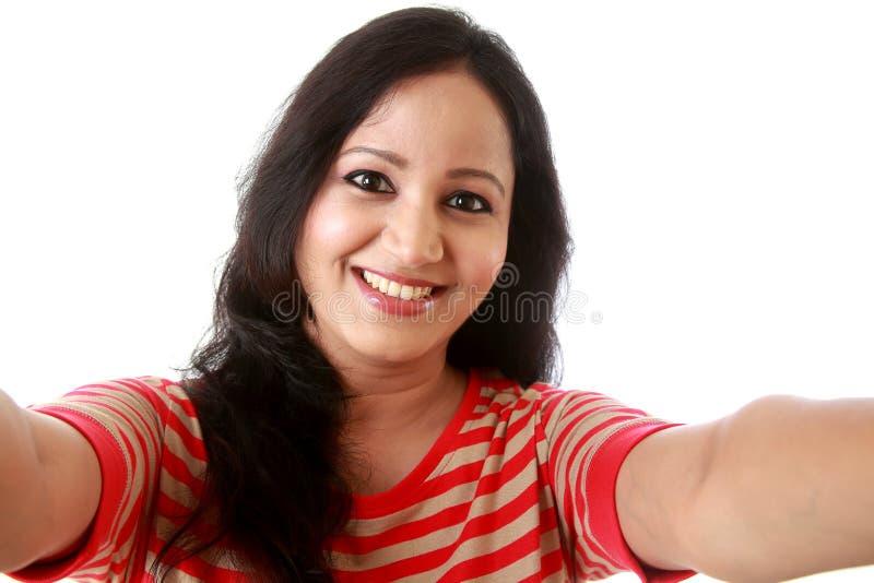 Жизнерадостная молодая женщина принимая selfie стоковое фото rf