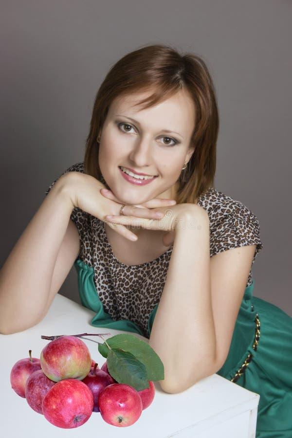 Жизнерадостная молодая женщина. стоковое изображение rf