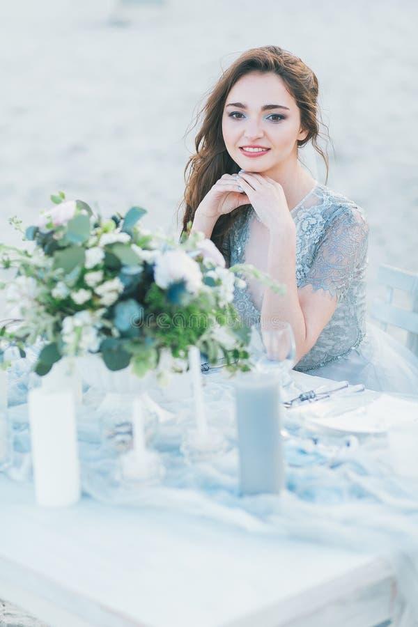 Жизнерадостная невеста таблицей на seashore стоковое фото rf