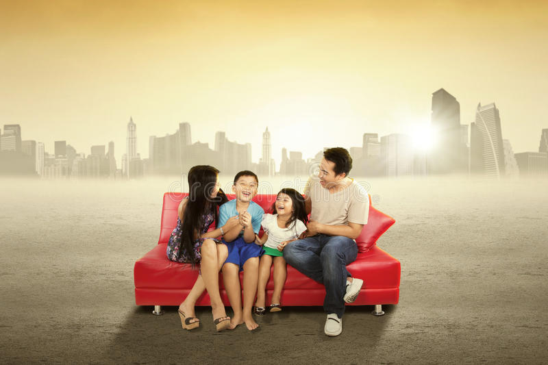 Жизнерадостная семья сидя на кресле outdoors стоковая фотография