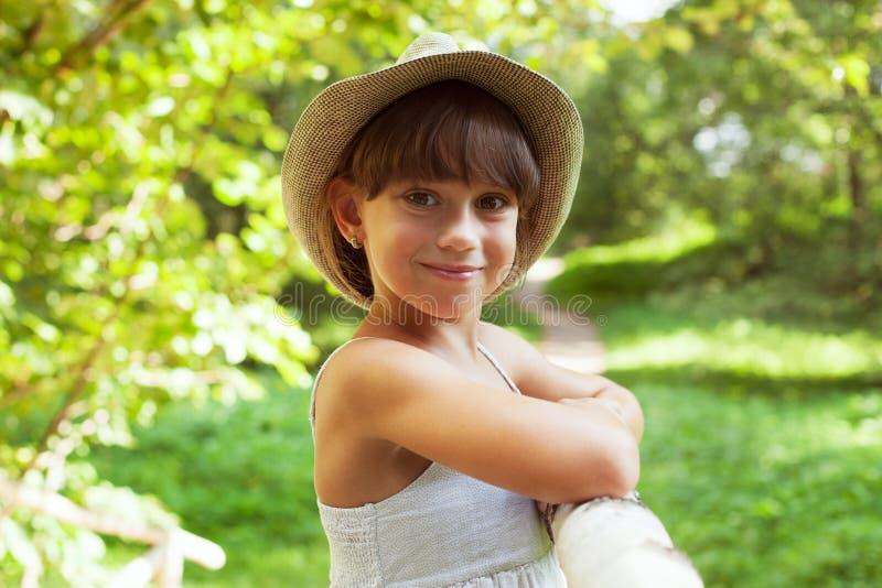 Жизнерадостная усмехаясь девушка в шляпе стоковое изображение rf