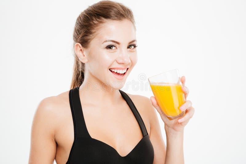 Жизнерадостная усмехаясь женщина с стеклом апельсинового сока стоковая фотография rf
