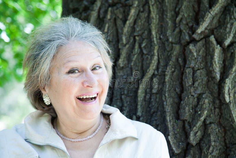 Жизнерадостная усмехаясь старшая женщина стоковая фотография