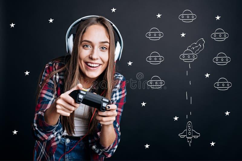 Жизнерадостная услаженная женщина играя видеоигры стоковые изображения rf