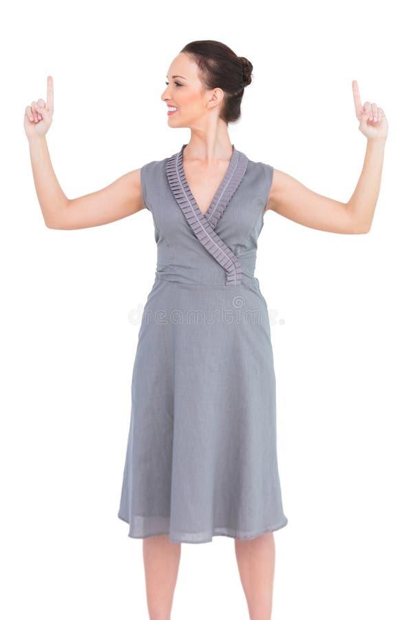 Download Жизнерадостная элегантная женщина в первоклассном платье указывая пальцы вверх Стоковое Фото - изображение насчитывающей тип, модно: 33739308