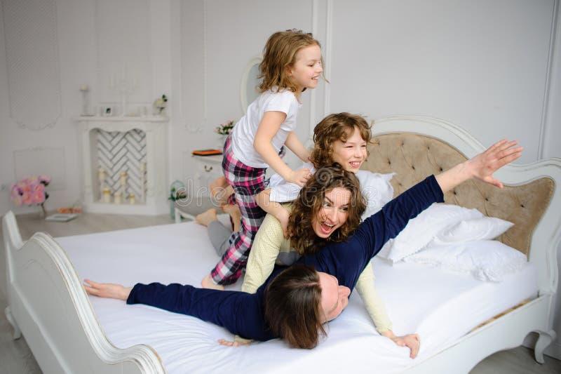 Жизнерадостное начало дня в счастливой семье стоковые фото