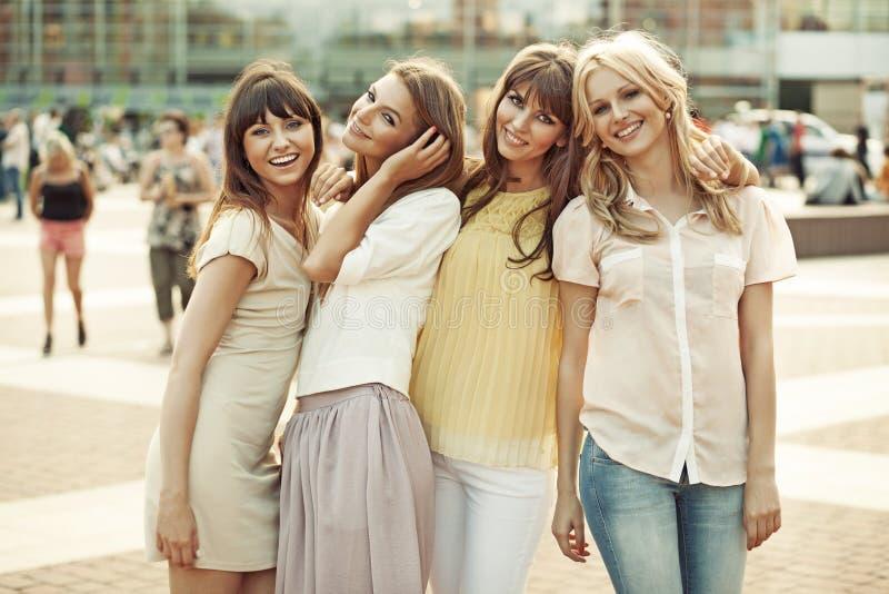 Жизнерадостные дамы в середине квадрата стоковое фото