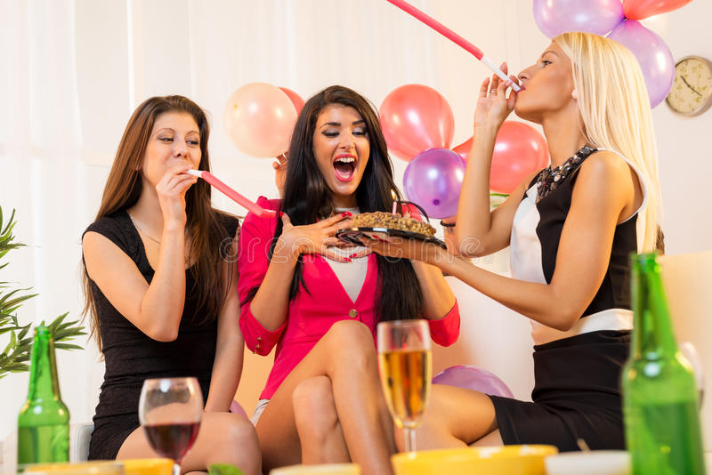 Жизнерадостные девушки на вечеринке по случаю дня рождения стоковые изображения