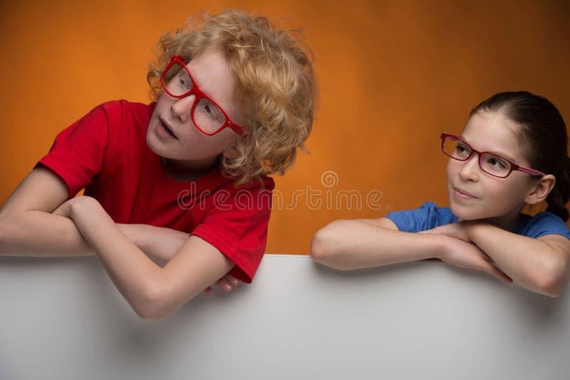 Жизнерадостные дети в стеклах смотря отсутствующее whil стоковое фото rf