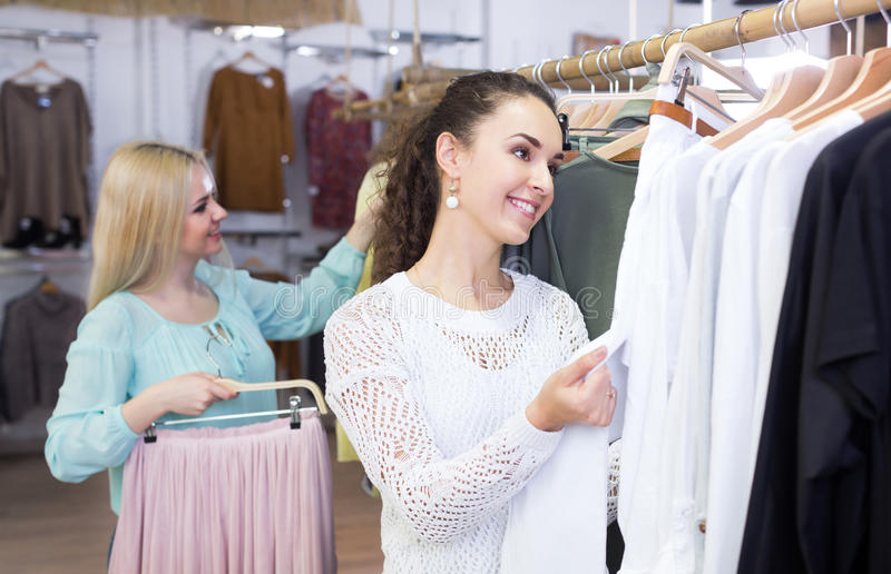 Жизнерадостные женщины ходя по магазинам юбка и брюки стоковое фото rf