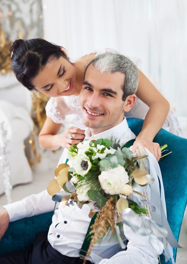 Жизнерадостные пожененные пары в белой комнате стоковое изображение rf