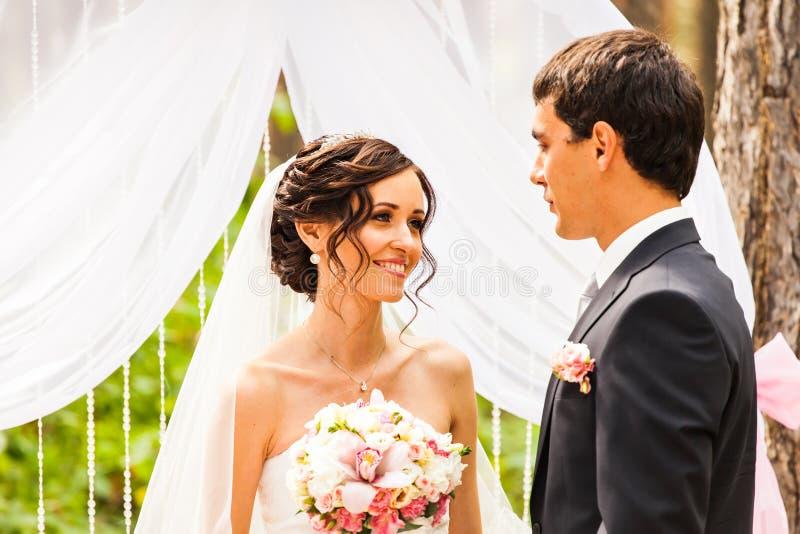 Жизнерадостные пожененные пары стоя около свадьбы стоковая фотография rf