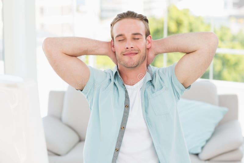 Жизнерадостный бизнесмен отдыхая с руками за головой стоковые изображения rf