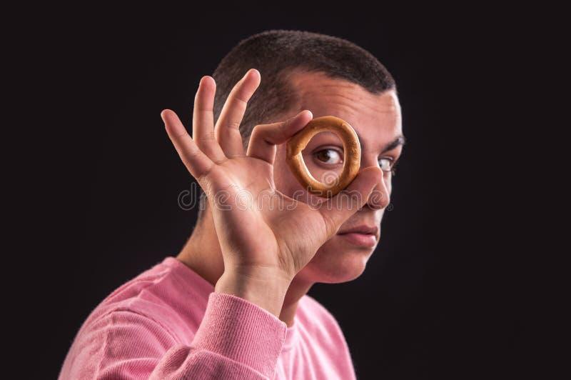 Download Жизнерадостный взгляд подростка через отверстие бейгл Стоковое Изображение - изображение насчитывающей еда, печенья: 33739091